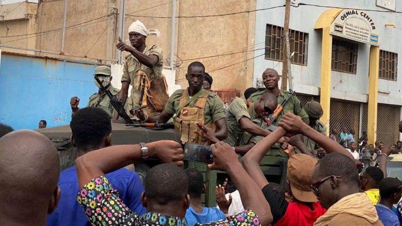 Une relation troublée :Escalade des opérations contre les forces françaises, après un coup d'État militaire au Mali